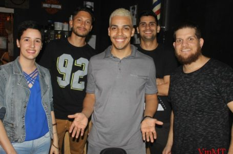 Stand Up na Hooligans barbearia a noite do riso
